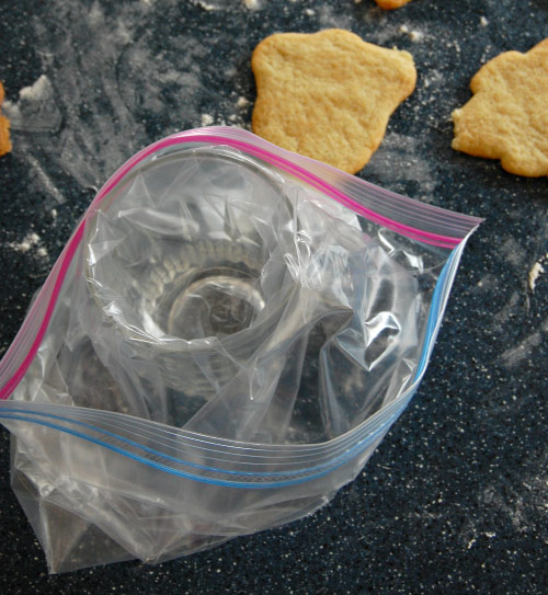 Easy Icing Filling in Zip Loc Bag.