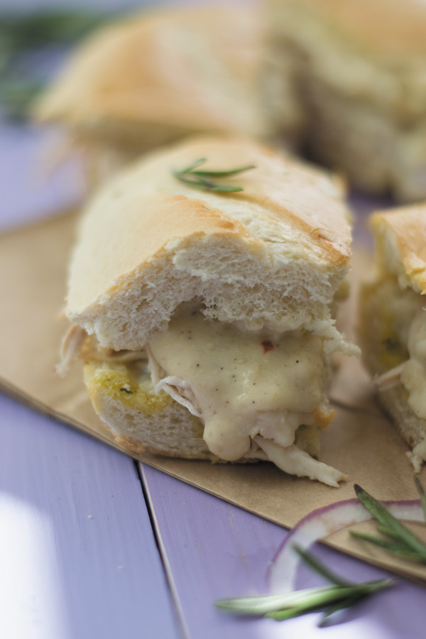 Chicken Alfredo Garlic Bread Sandwiches - this ONE sandwich my family can eat almost every night for dinner! Shredded chicken, alfredo sauce, parmesan cheese and garlic bread makes for a mean addicting sandwich!