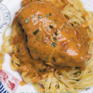 Slow Cooker Creamy Tomato Sauce Chicken : DUMP & FORGET this delicious creamy slow cooker tomato sauce chicken in the morning before work and come back to restaurant quality meal everyone will go crazy for!